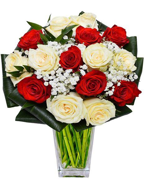 Bouquet Sposa Rose Bianche E Rosse.Bouquet Rose Fiorite Di Rose Bianche E Rosse Con Velo Da Sposa E